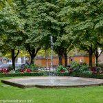 La Fontaine au bassin en forme d'écusson