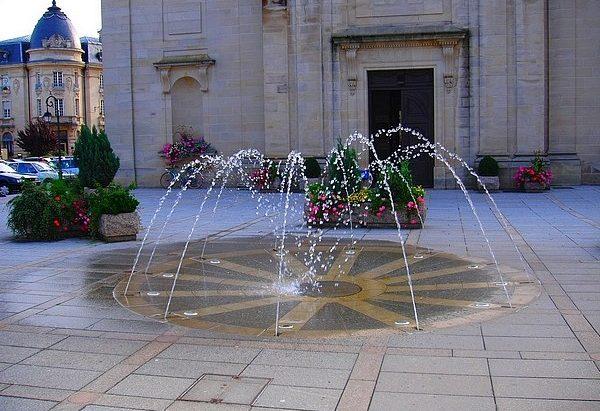 La Fontaine du Parvis de l'Eglise Notre-Dame