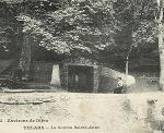 Voie de chemin de fer à côté de la fontaine
