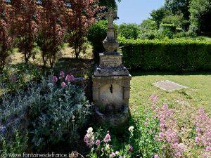 La Fontaine à Proximité de la chapelle du XIXème siècleLa Fontaine à Proximité de la chapelle du XIXème siècle