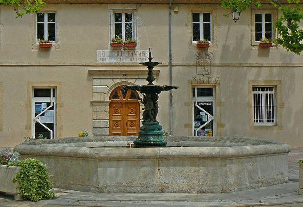 Les Fontaines Place de la Mairie