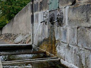 La Fontaine des Trois TêtesLa Fontaine des Trois Têtes