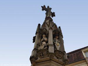 Croix surmontant les niches