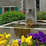 La Fontaine à gauche du Portail de l'église